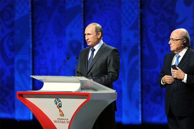 "FIFA GATE: Putin accusa gli Stati Uniti ed elogia Blatter: ""Merita il Nobel""."