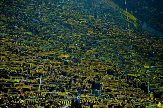 Borussia Dortmund: i tifosi rendono omaggio al tifoso scomparso