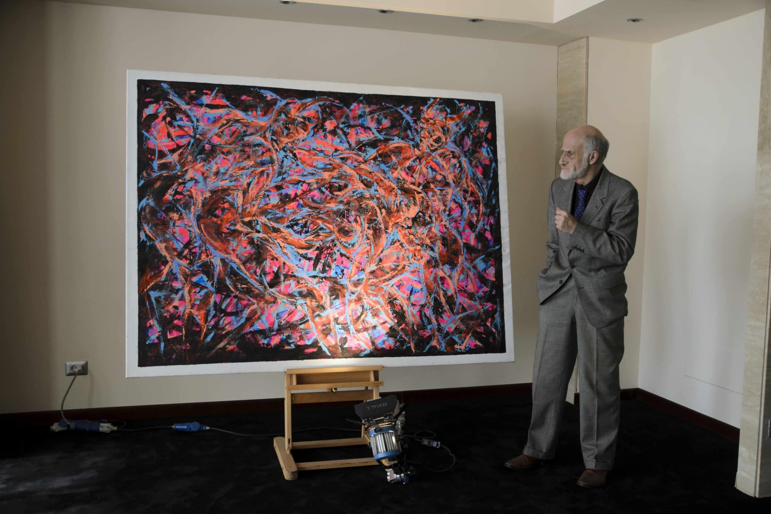 Roberto Gallo davanti ad una sua opera