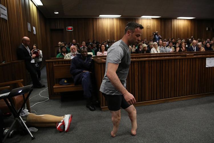 Processo Pistorius: il Paralimpico cammina senza protesi in Tribunale