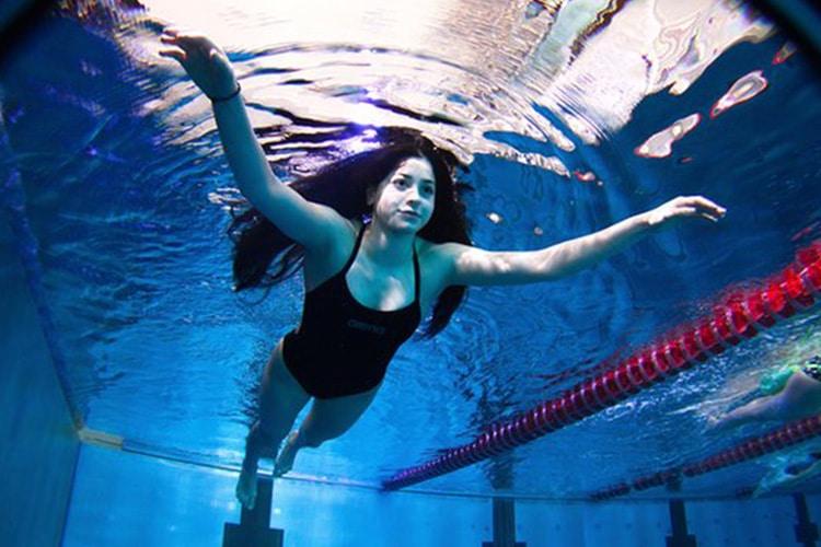 Yusra e la più grande nuotata: dal gommone trainato alle olimpiadi di Rio