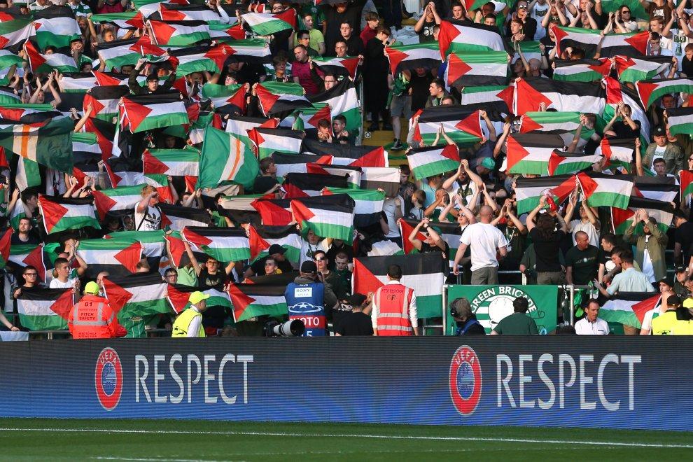 Bandiere palestinesi al Celtic Park. Tifosi scozzesi a sostegno del popolo della Palestina. L'Uefa non ci sta?