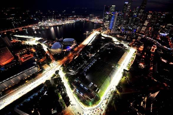"""Gran Premio di Singapore: un giro """"al buio"""" tra le curve di Marina Bay"""