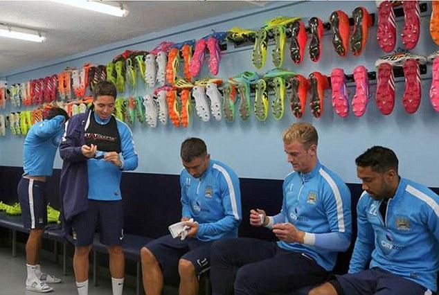 Prima il calcio, poi il look: ai giovani del City vietate le scarpe colorate