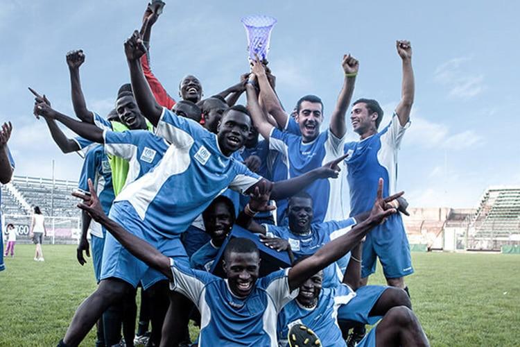La bella storia dei ragazzi di Liberi Nantes, che giocano per fare goal al razzismo