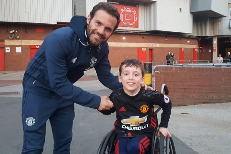 C'è un fan speciale da abbracciare, il bus della squadra può attendere: il gran gesto di Juan Mata