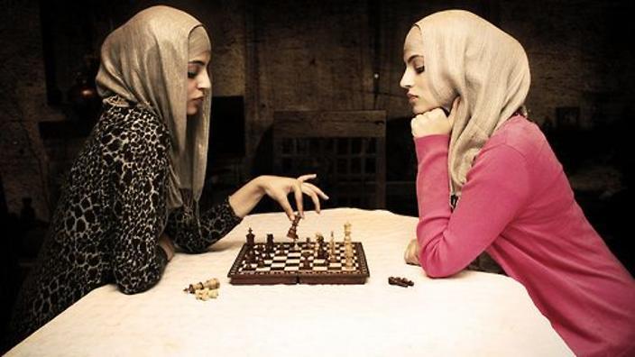 Scacco al velo, l'Iran impone l'hijab alle occidentali del torneo mondiale. Le giocatrici: «No all'oppressione religiosa, lo sport è libertà»