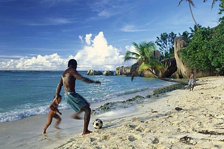 Tra cocktail e belle donne, chi gioca a pallone alle Seychelles?