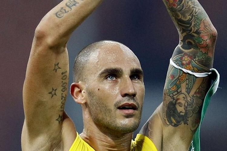 """""""Un giorno all'improvviso mi innamorai di Cannavaro"""". Paolo canta e fa emozionare la Curva B"""