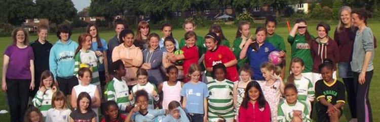 Due mamme al comando: le Longford Girls stravolgono il calcio inglese
