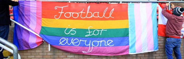 Fasce e lacci arcobaleno, ma il Calcio resta ancora uno sport omofobo