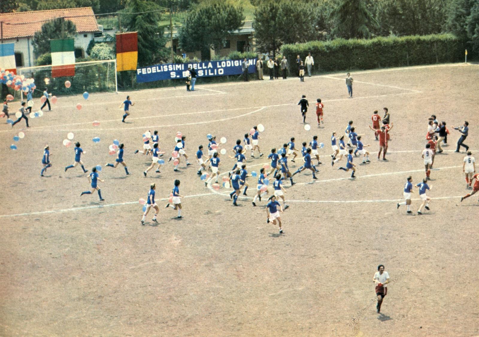 Stagione 79-80, la Lodigiani approda in D. Al termine della gara contro il La Rustica i ragazzi delle giovanili invadono festosamente il Francesca Gianni