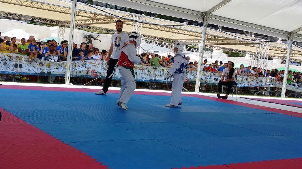 """Bambini che combattono alla dodicesima edizione del torneo di Taekwondo """"Kim e Liù"""""""