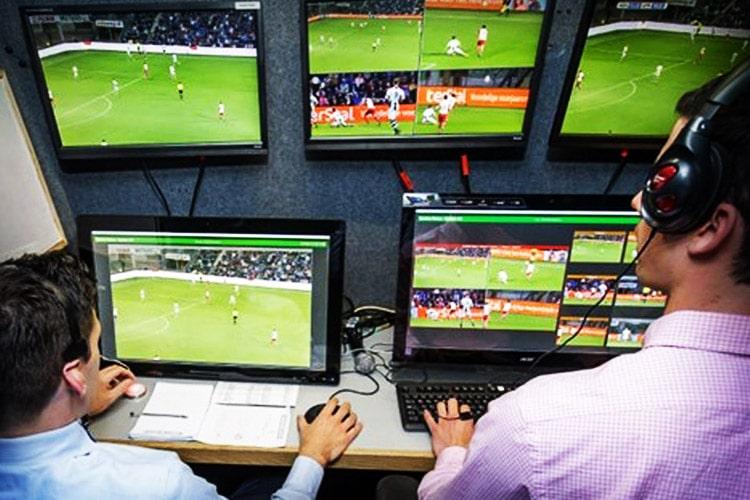 """""""Adesso che faccio?"""" Se la Tecnologia """"soggettiva"""" del VAR può rovinare il Calcio"""
