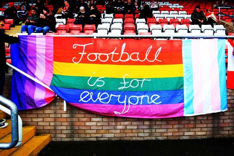 Coming Out Day 2019: Fasce e lacci arcobaleno, ma il Calcio resta ancora uno sport omofobo