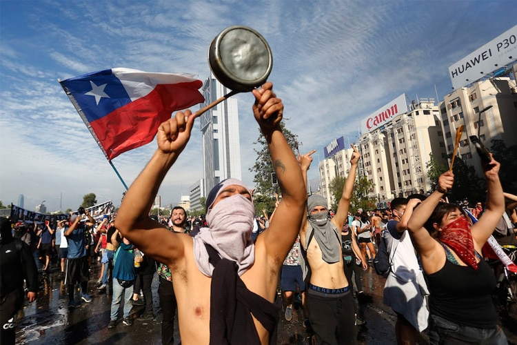 Non solo Cile: se la politica entra a gamba tesa sul Calcio (e lo ferma)